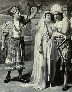 A destra Enrico Caruso